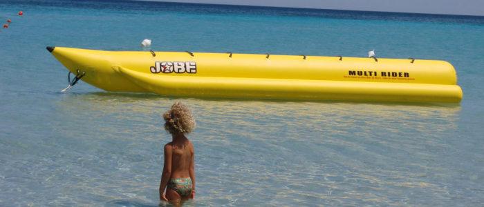 banana boat e ragazza facendo il bagno