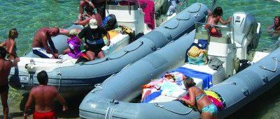 gommoni-mediomare-spiaggiati-con-persone-a-bordo
