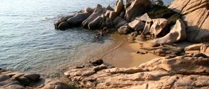 scogli sulla spiaggia
