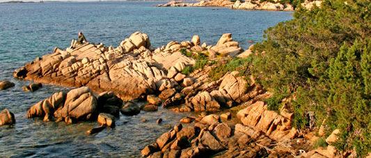 scogliera di cala girgolu con sfondo l'isola di tavolara