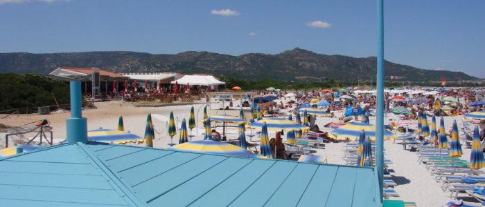 spiaggia la cinta di san teodoro con vista dalla capannina della mediomare